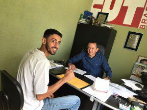 Cordeiro entrega cheque a um trabalhador da primeira lista de pagamento dos acordos firmados