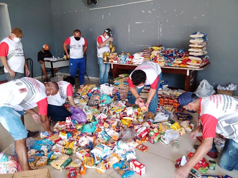 População da região do Santa Cruz doa alimentos para ajudar trabalhadores desempregados